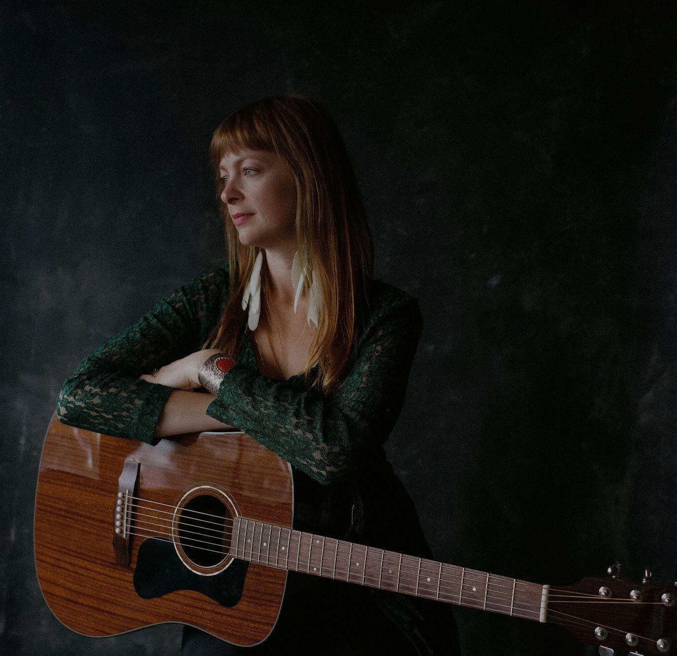 Tekla Waterfield/singer, songwriter