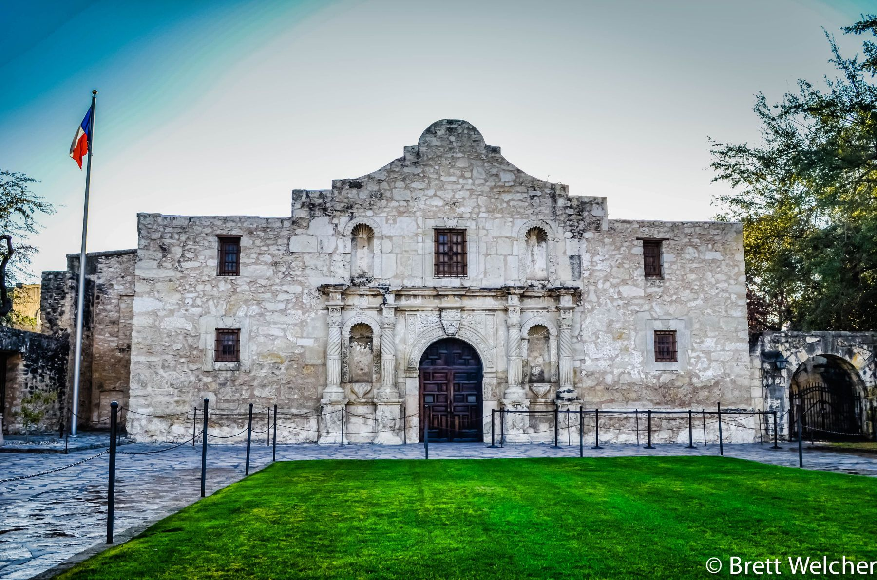 The Alamo is an 18th-century mission church located in San Antonio, Texas. It is most well known for the role it played during a pivotal battle in the fight for Texas' independence from Mexico.For 13 days in 1836, close to 200 Texas defenders held the Alam