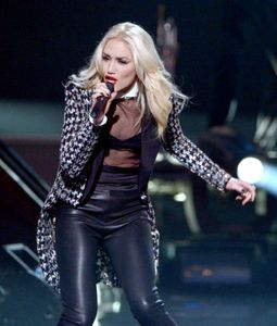 1gwen_stefani_40th_american_music_awards_show_qjdorb0vv_6l.jpg