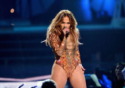 1jennifer_lopez_delivered_ferocious_performance_premios.jpg
