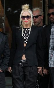 1r9_26_12_gwen_stefani_with_members_of_no_doubt_out_and_about__e1349368655183.jpg