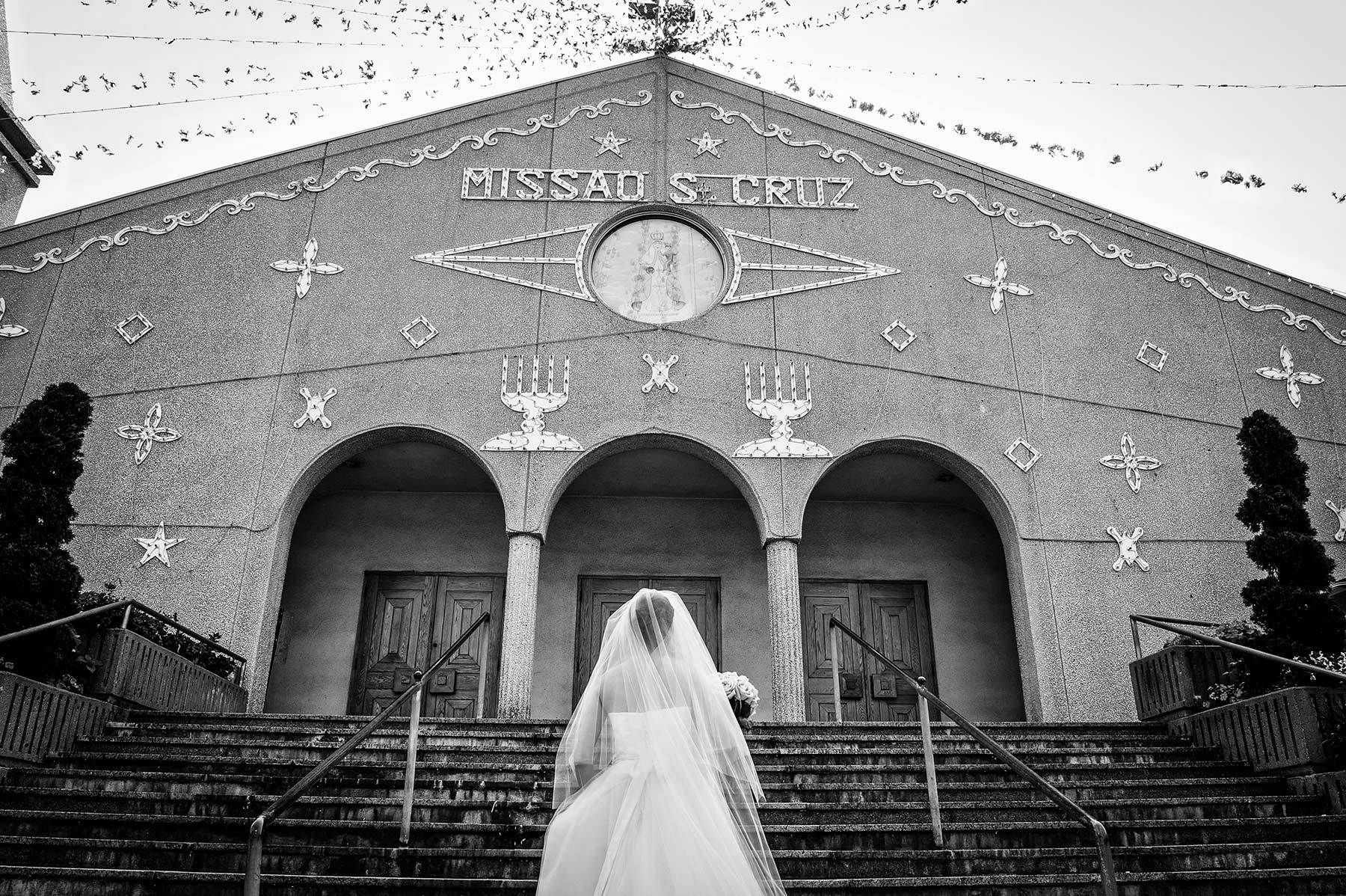 Montreal wedding photographer, bride arriving at the church