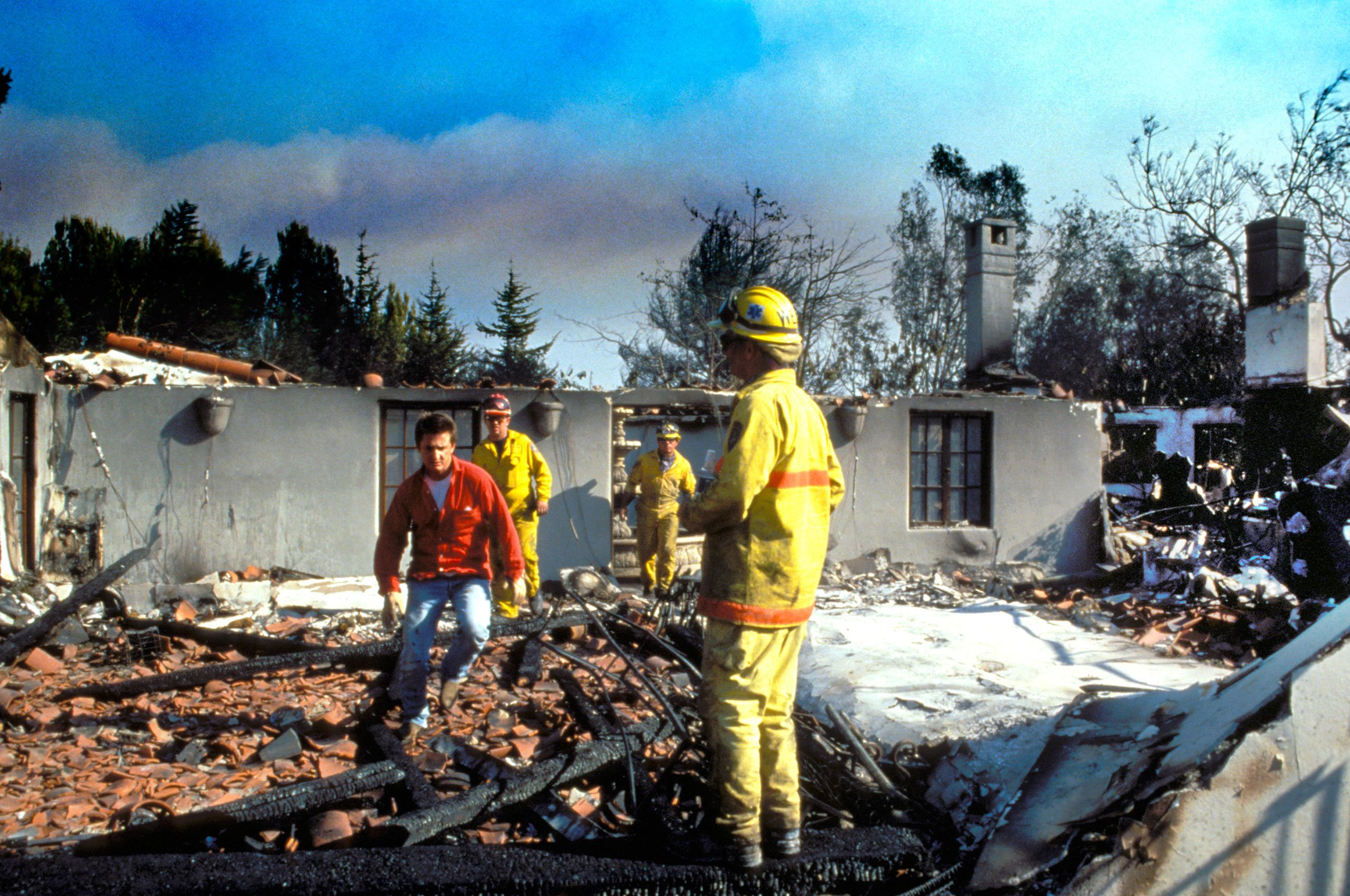 04Sean-Penn-Inspects-his-Fire-Destroyed-Home,-Malibu-Beach,-California,-November-1993_1993.jpg