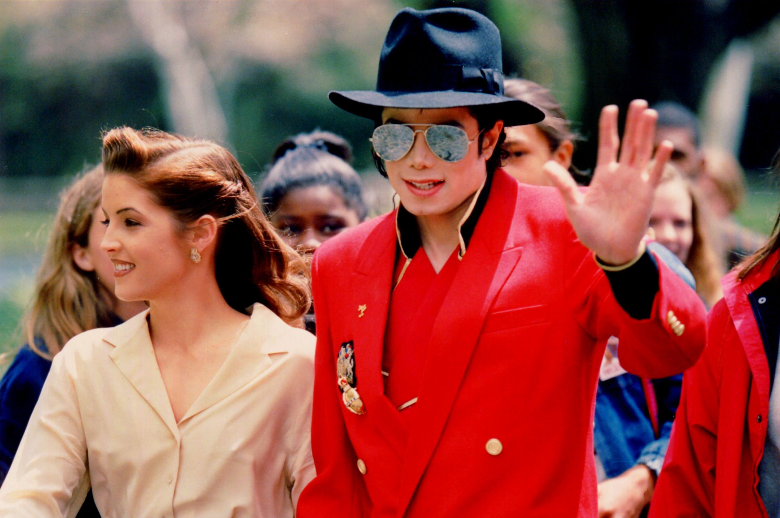01Michael-Jackson-and-Lisa-Marie-Presley-Neverland.jpg