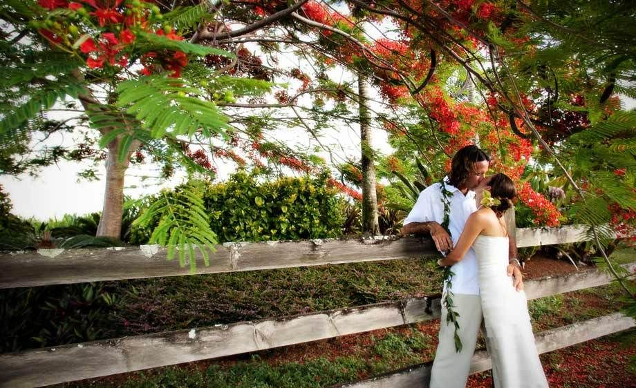 1Wedding_Couple_Kiss_Kauai.jpg