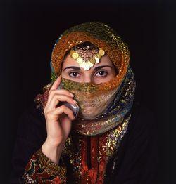 1Iranian_woman_w_cellphone.jpg