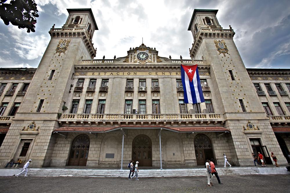 1havana_cuba__estacion_central_de_ferrocarriles_cuba_flag.jpg