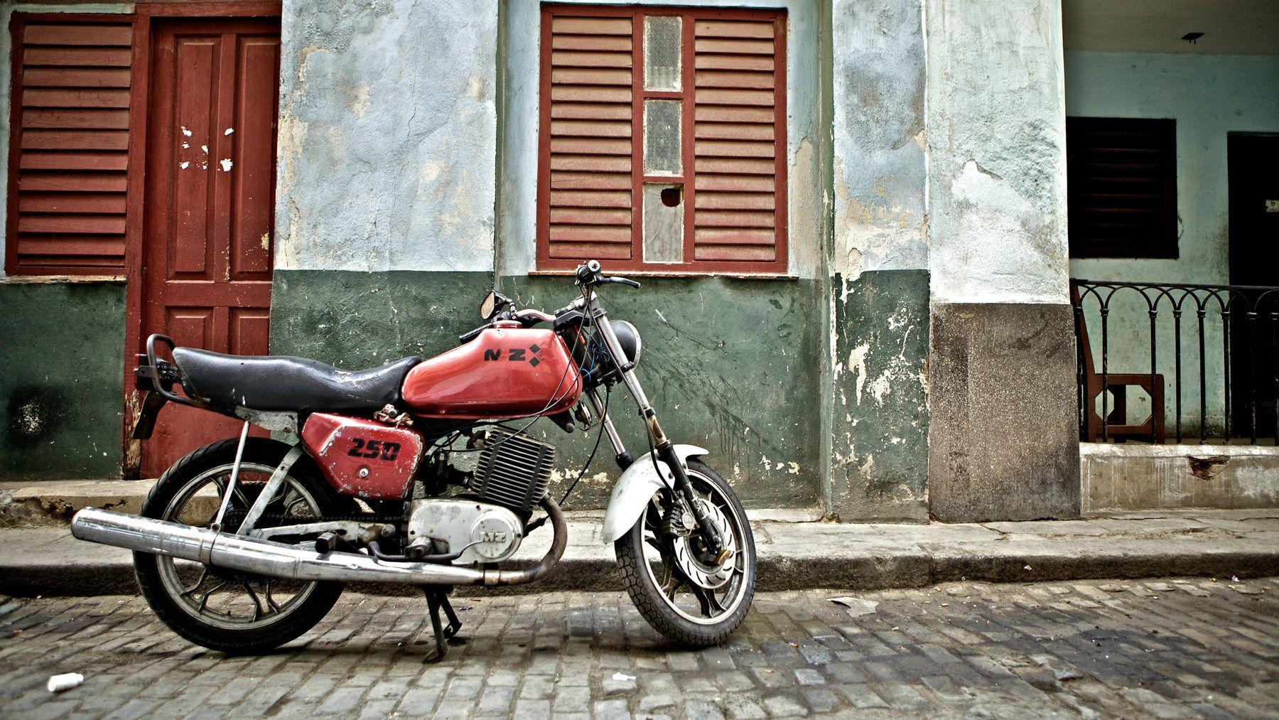 1motorcycle_la_habana_vieja_old_havana_cuba.jpg