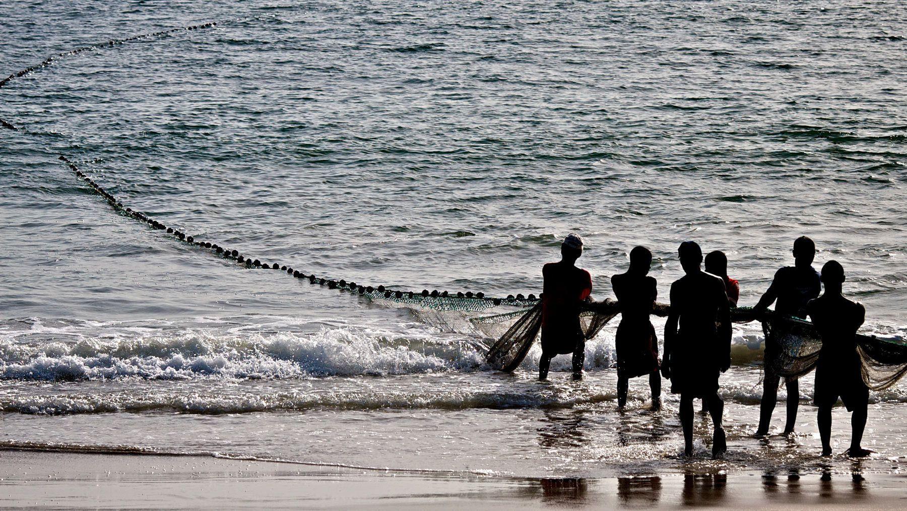 1beach_fishermen_net_sierra_leone.jpg