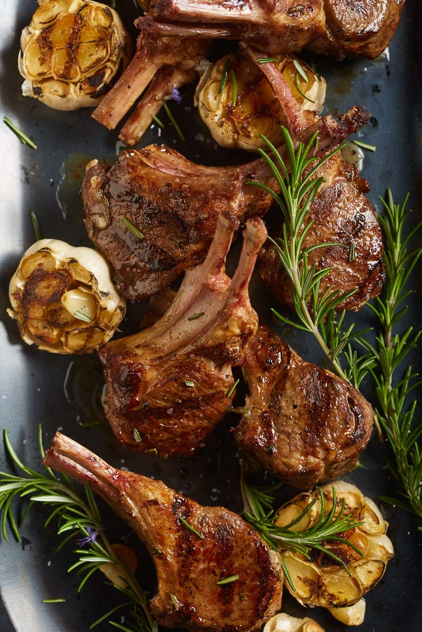 Grilled lamb chops with garlic and rosemary