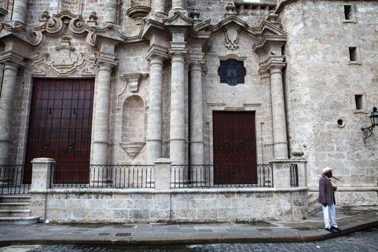 1cuba_havana_church_street_man_cigar_doria_anselmo___1