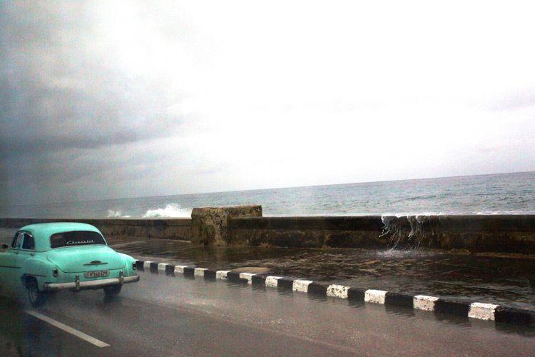 1cuba_car_rain_malecon_chevrolet_2015_doria_anselmo