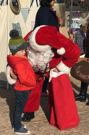 Zermatt_Swiss_Christmas_2017_Midway_Utah_Santa_With_Shy_Fan.jpg