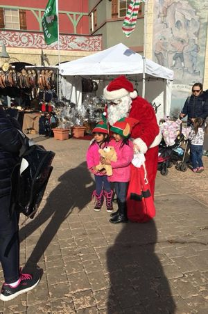 Zermatt_Swiss_Christmas_2017_Midway_Utah_Santa_With_Young_Fans_CA_Image.jpg