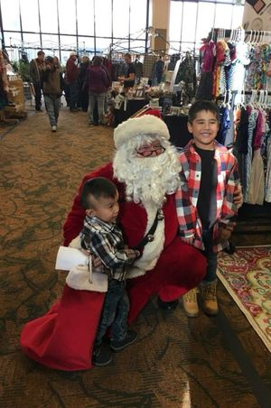 Zermatt_Swiss_Christmas_2017_Midway_Utah_Santa_With_Happy_Young_Fan.jpg