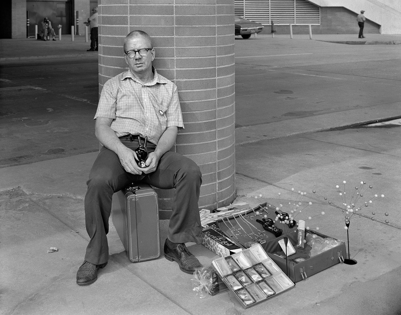 A Man Selling Trinkets from a Suitcase, Detroit, 26 Aug. 1973