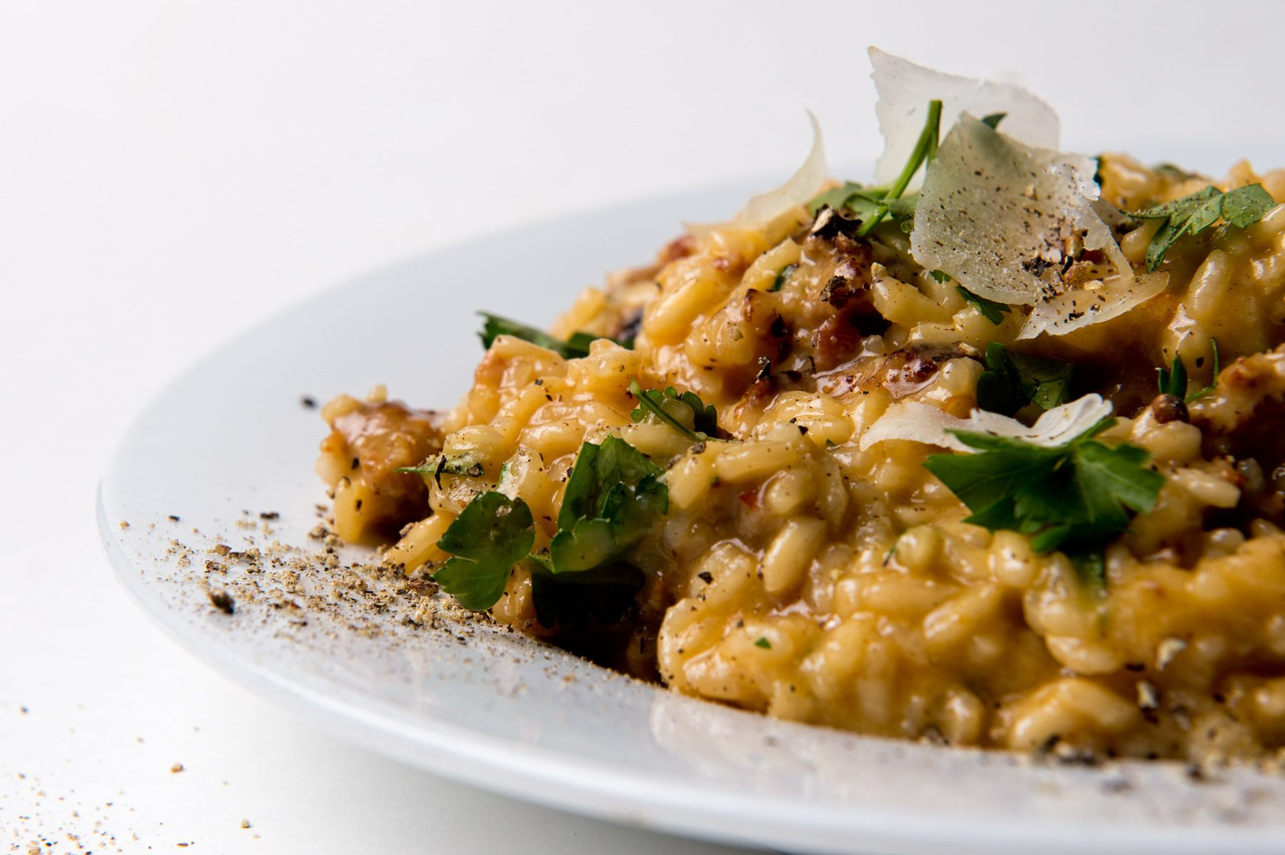 1food_and_drink_photography_risotto_with_sausage_pancetta_fresh_parsley_and_shaved_parmesan_dsc6576