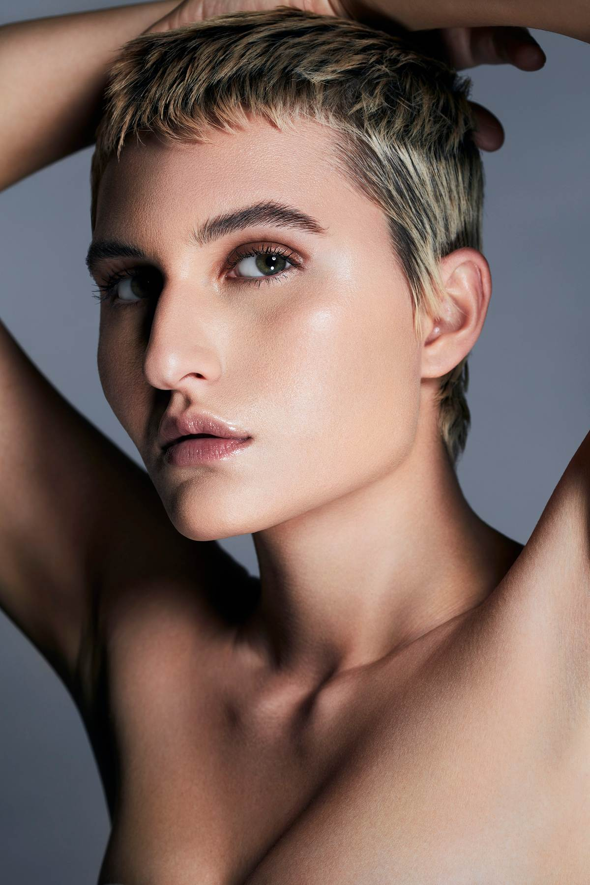 WOMAN WITH SHORT HAIR FACING THE CAMERA