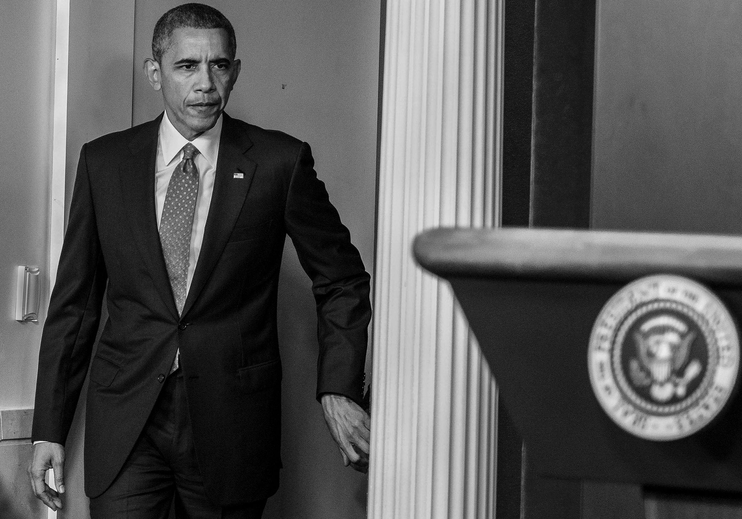 ObamaWalksInWEB.jpg