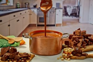 Ric-Noyle-Hawaiian-Host_Chocolate_Pour.jpg