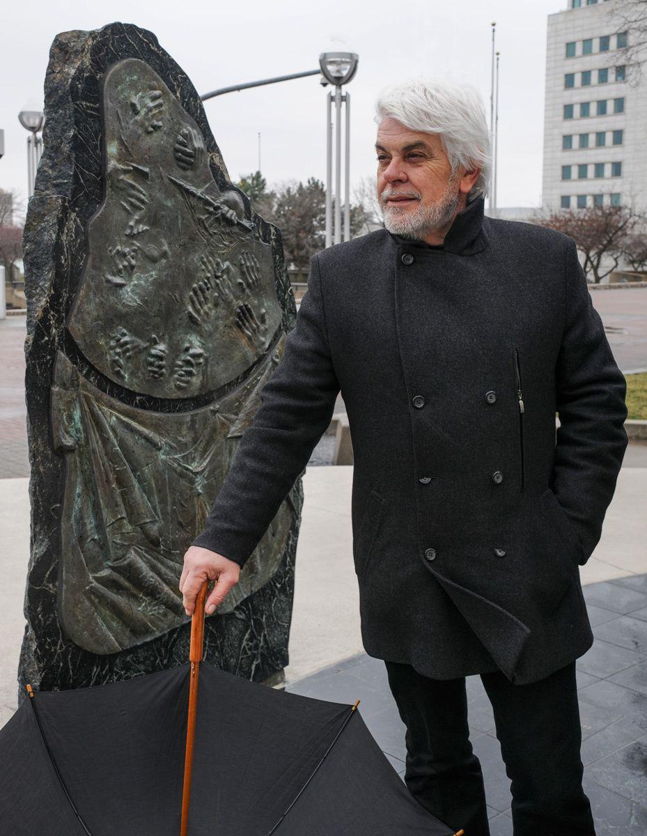 1valerio_massimo_manfredi_author_historian_archaeologist_sergio_de_giusti_sculpture_hart_plaza_detroit_michigan.jpg