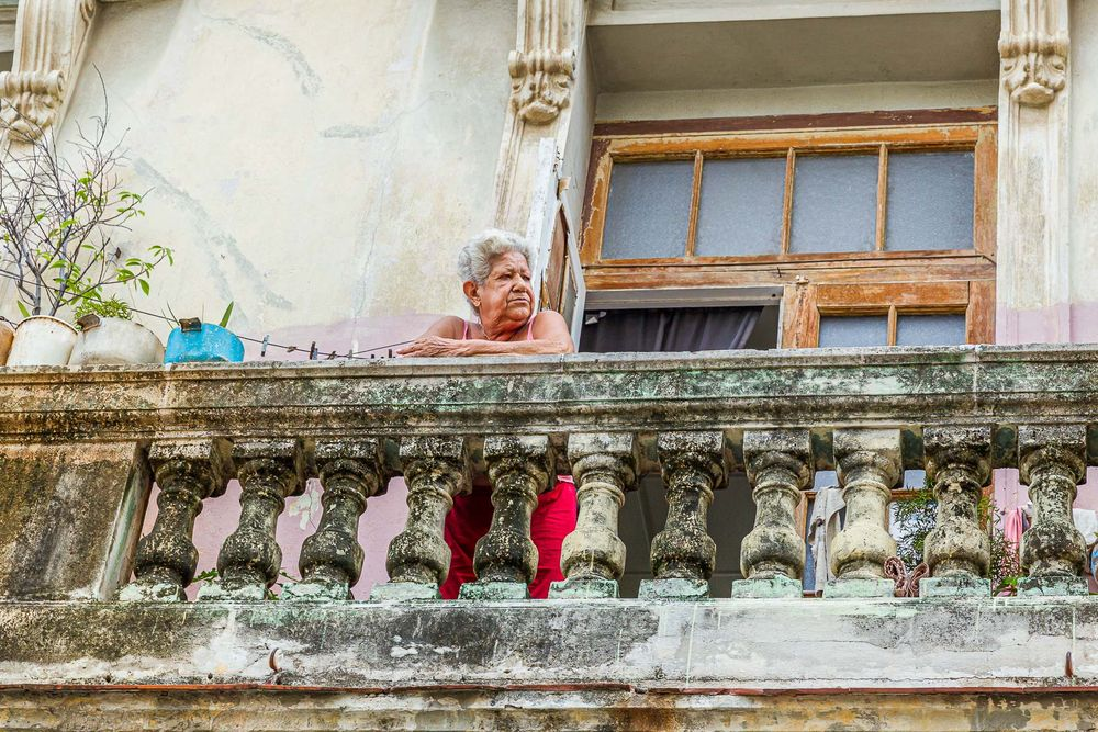 cuba_woman_on_balcony.jpg