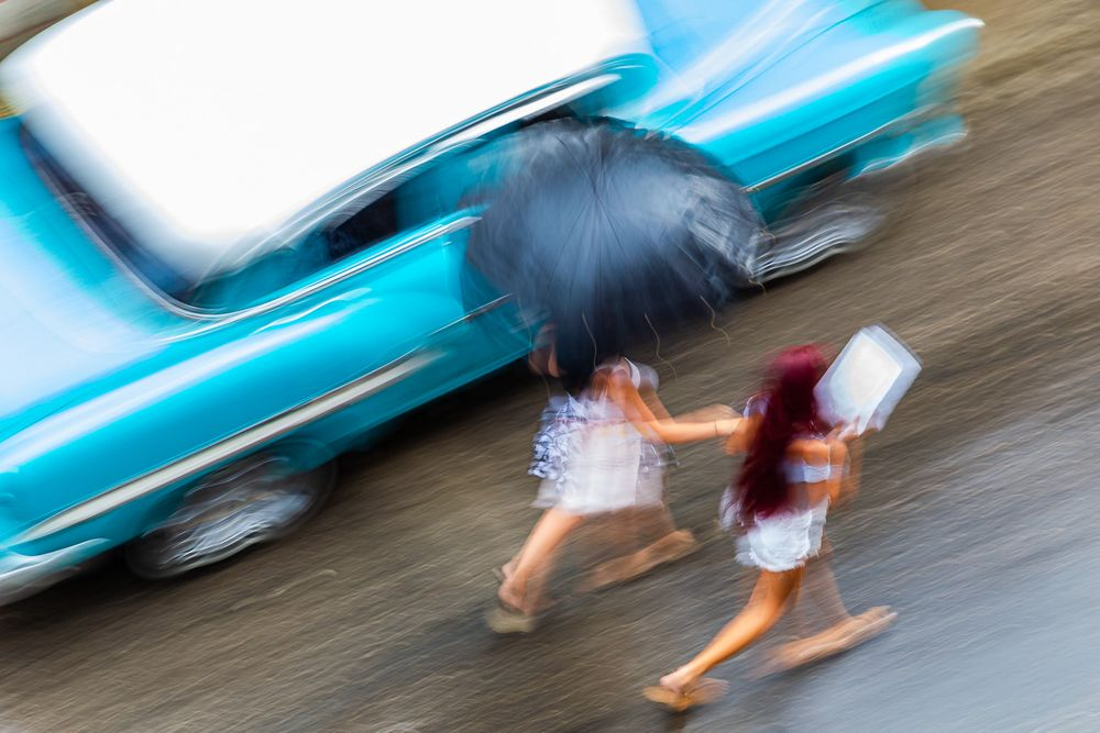 cuba_street_woman_walking_in_the_rain.jpg