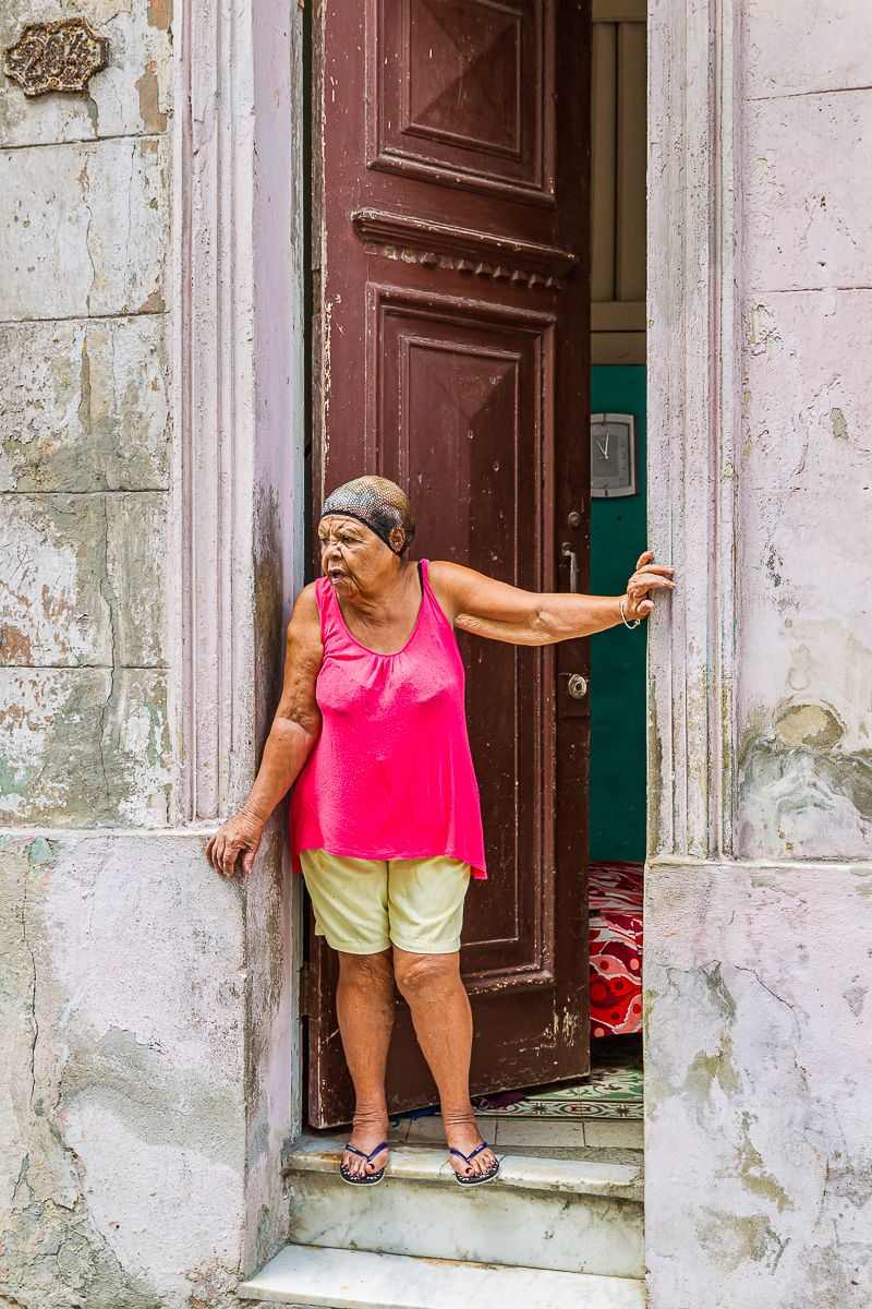cuba_woman_in_doorway_with_hairnet.jpg