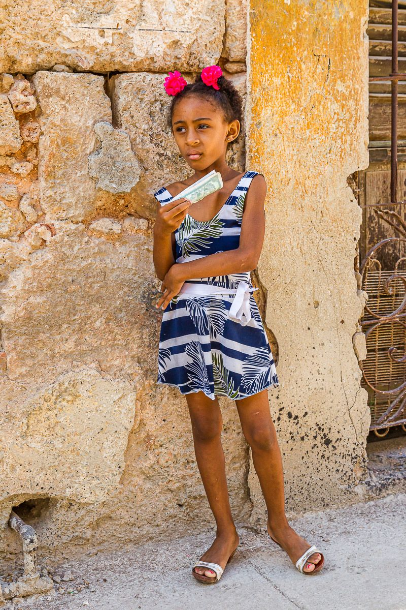 cuba_little_girl_with_money.jpg
