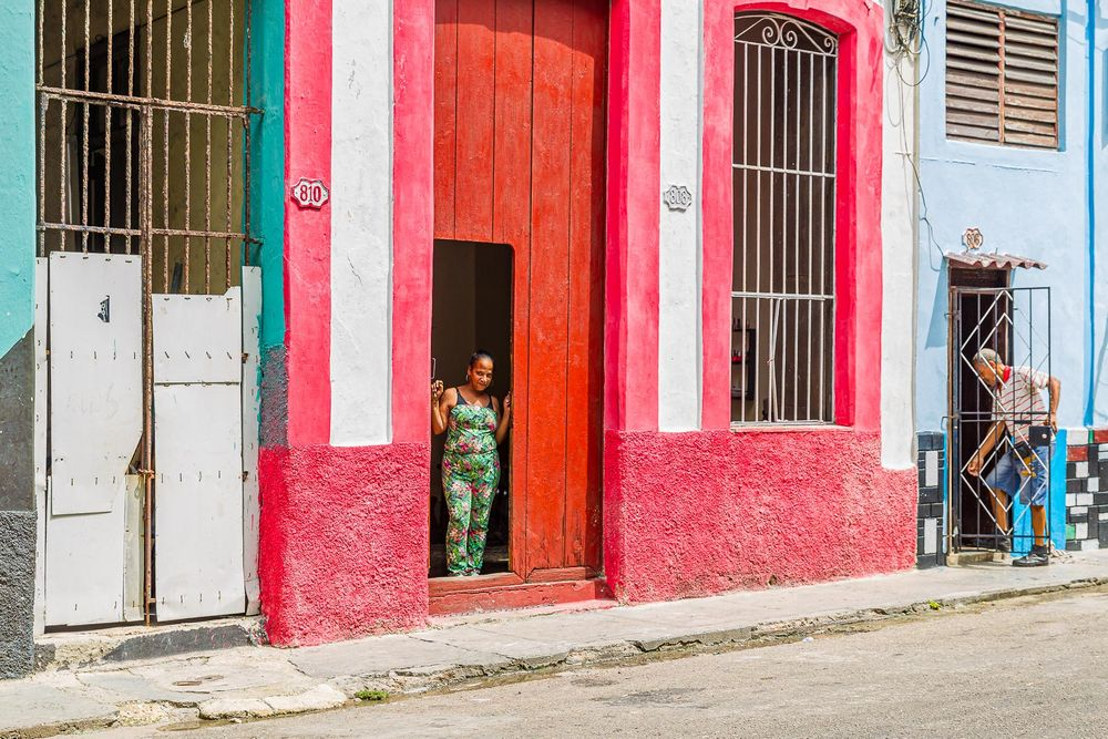 cuba_street_woman_man_doorways.jpg