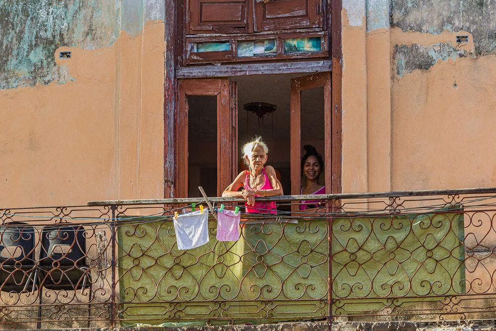 cuba_old_woman_on_balcony_with_daughter.jpg