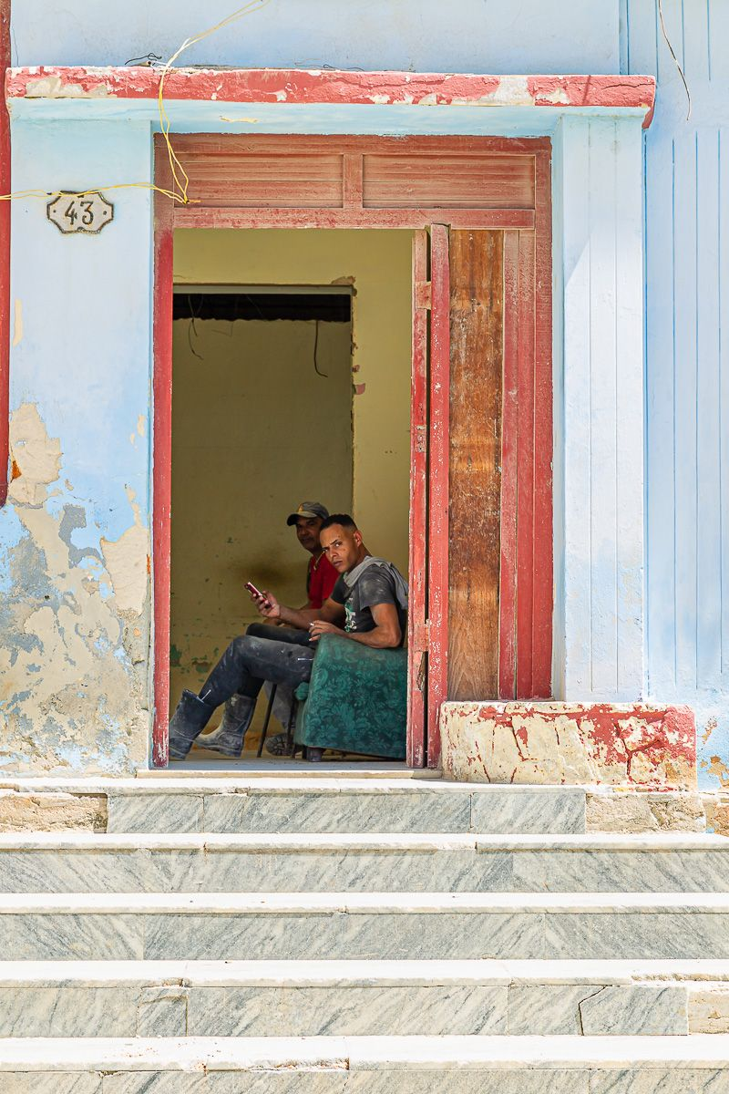 cuba_street_workers_in_doorway.jpg
