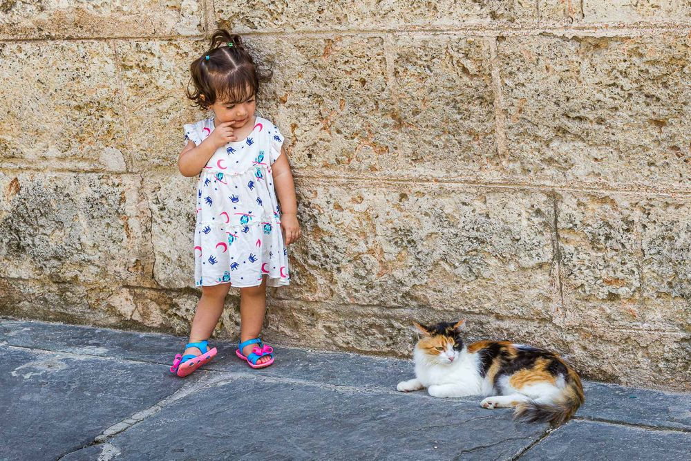 cuba_little_girl_and_cat.jpg