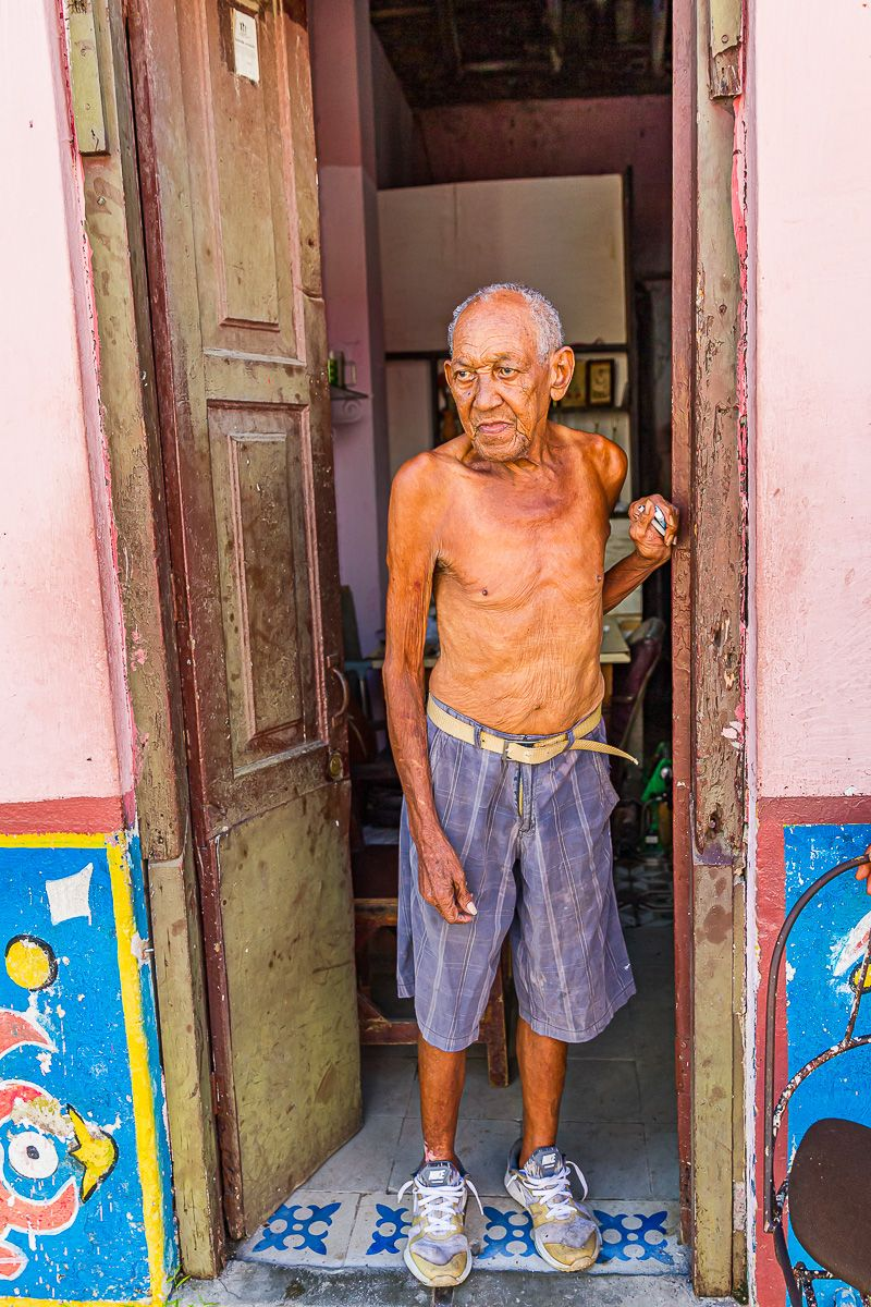 cuba_old_man_in_doorway.jpg