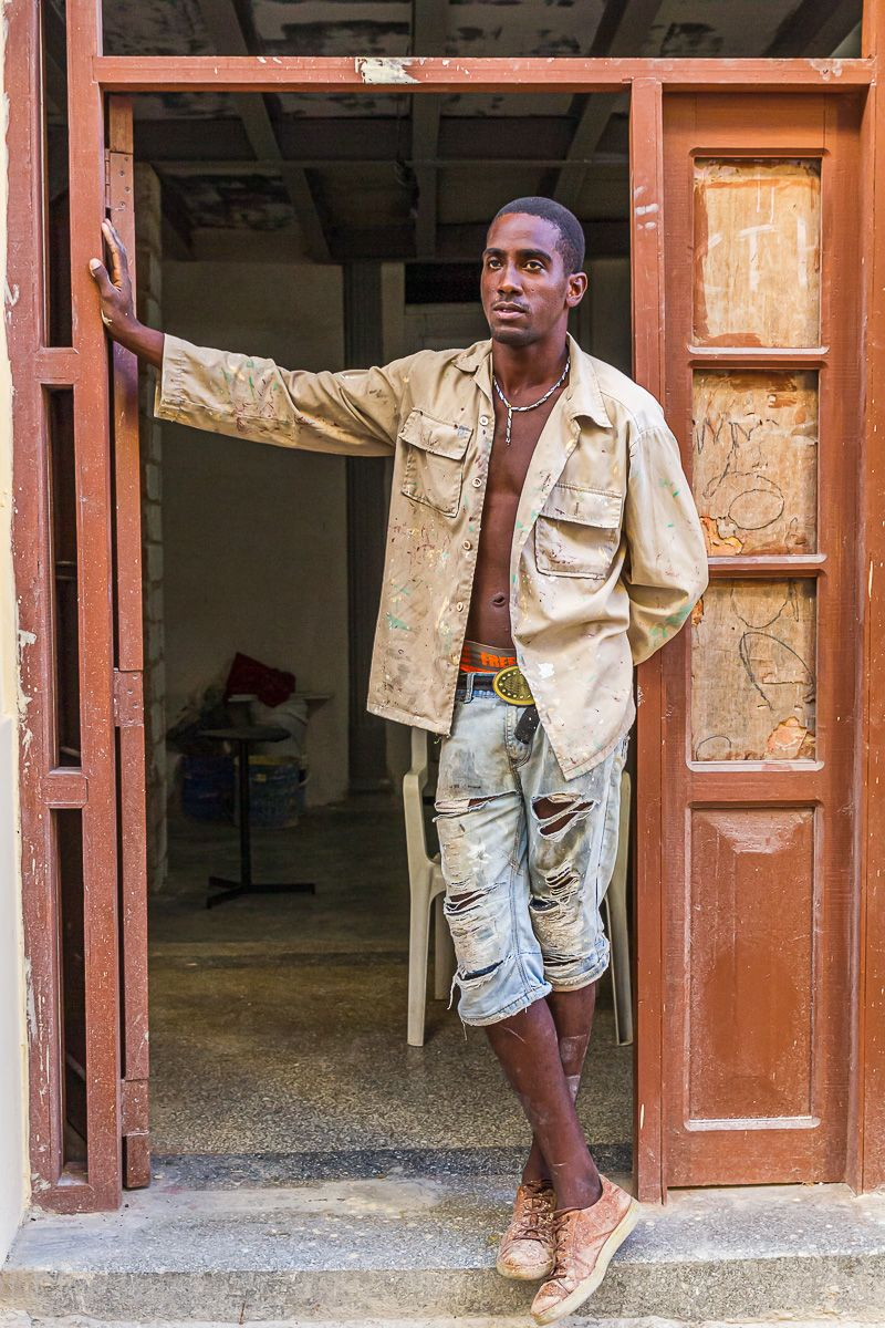 cuba_worker_in_doorway.jpg