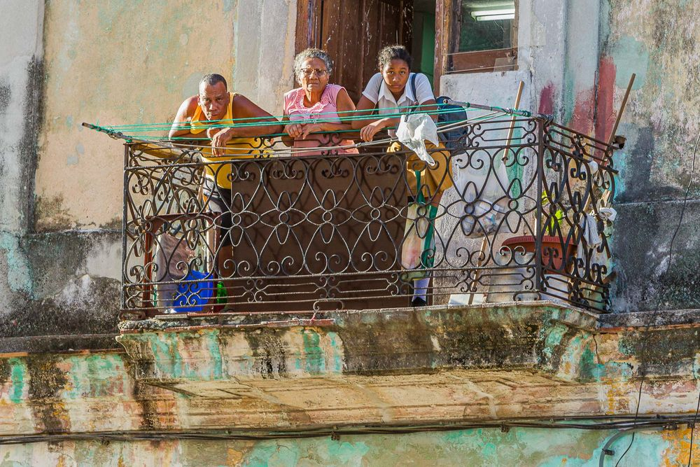 cuba_three_generations_on_balcony.jpg
