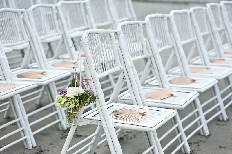 White folding wedding chairs with souvenior bamboo fan