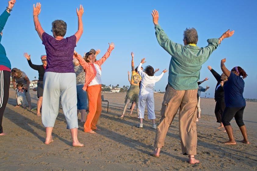 SR0002_Senior women exercise in class on beach