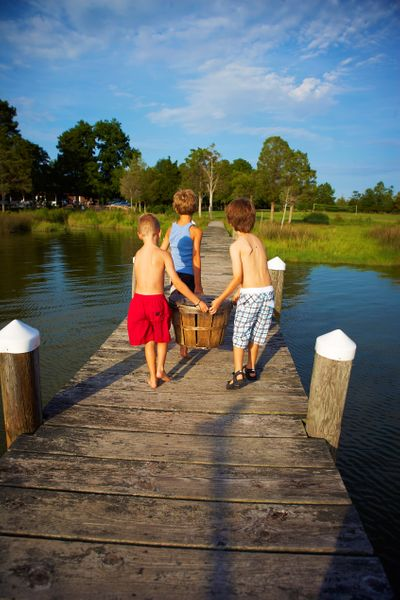 3-boys-carring-crabs.jpg