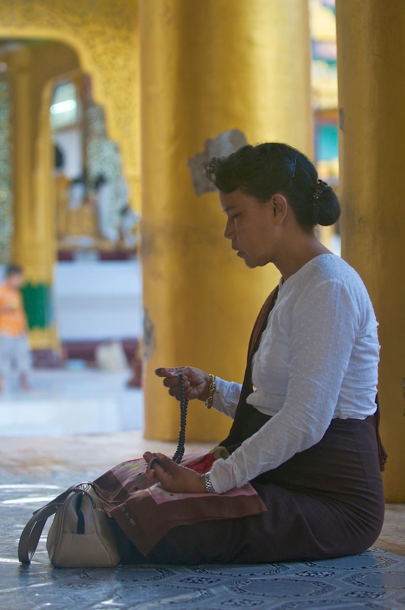 1_psh0222_meditating_at_shwedagon_pagoda_yangon.jpg