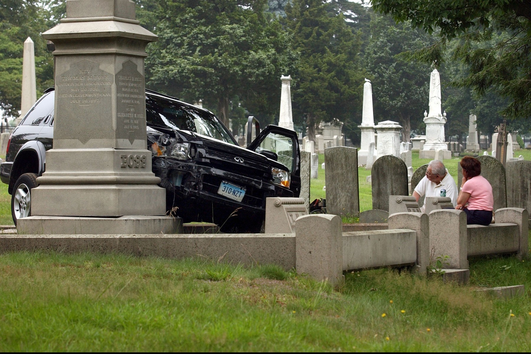 SUV vs CEMETERY002.JPG