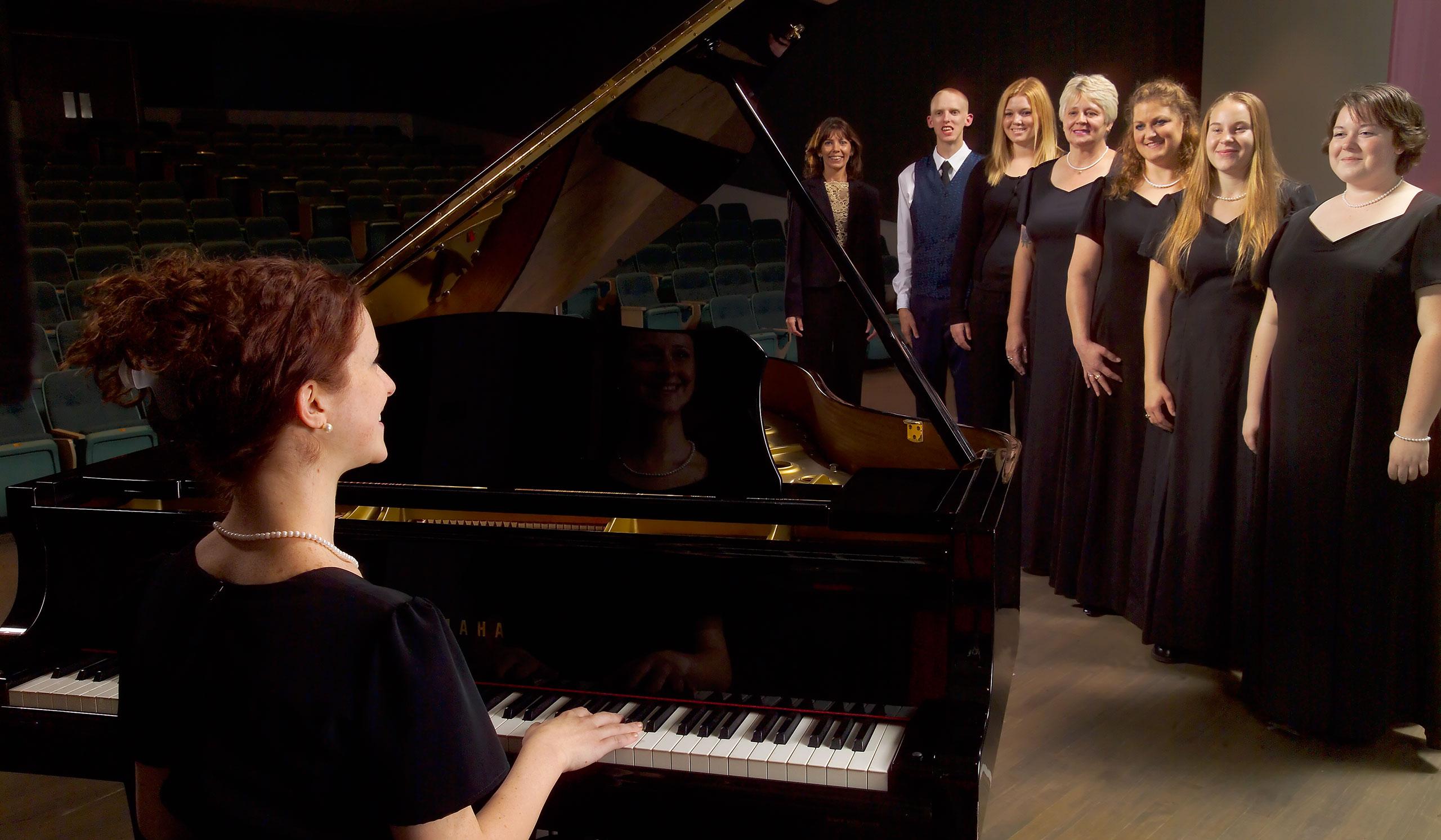 Pianist, choir students and teacher