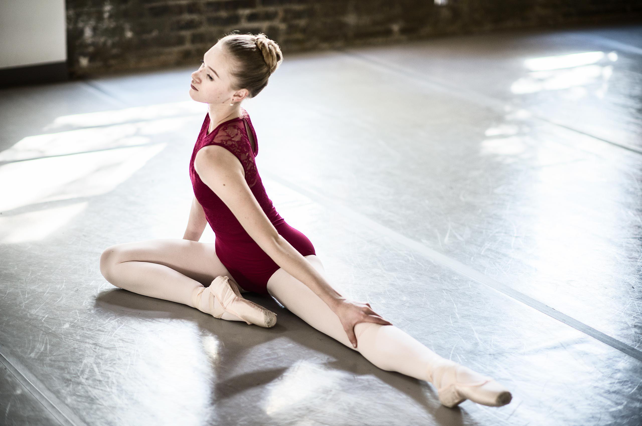 ballerina-stretching-SavvanahLyle-HenrikOlundPhotography.jpg