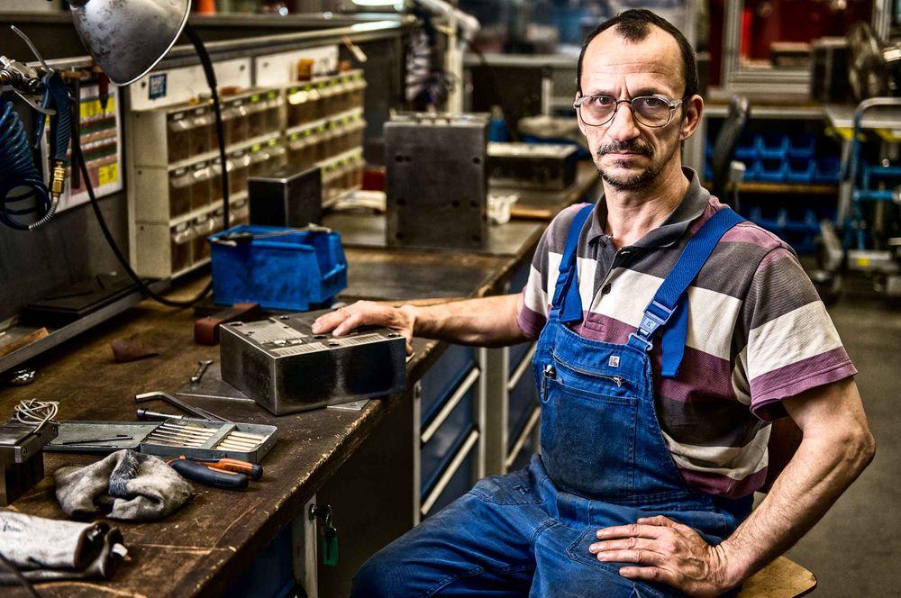 factorywoker-by-workdesk-wustof-factory-solingen-germany-by-HenrikOlundPhotography.jpg