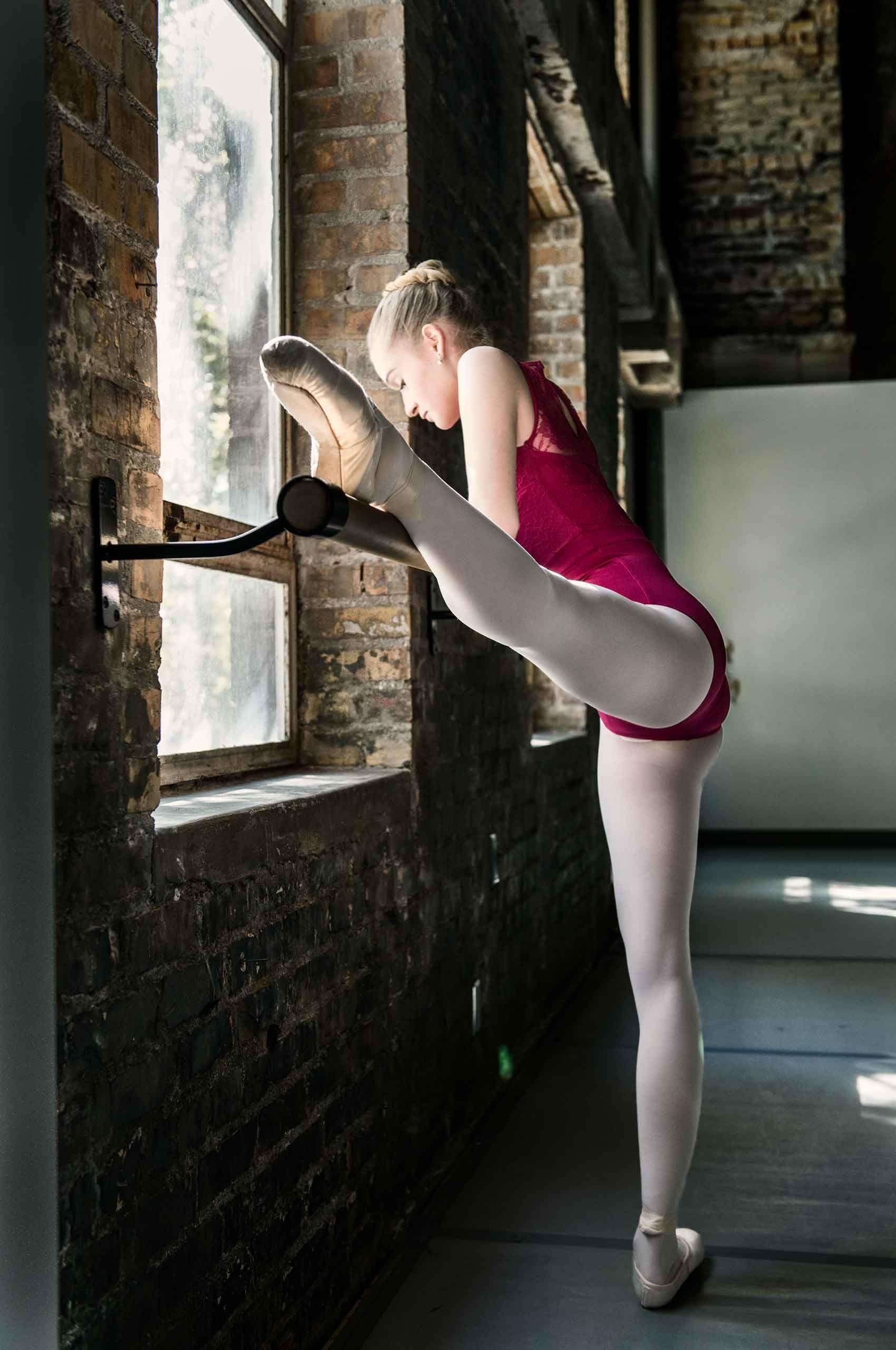 Ballet-stretch-HenrikOlundPhotography.jpg