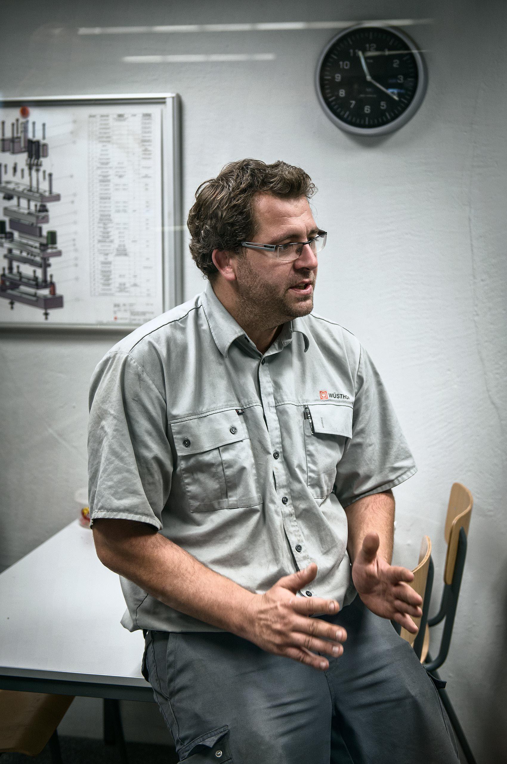 engeineer-explaining-wusthof-factory-HenrikOlundPhotography..jpg