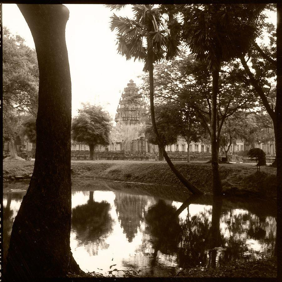 1thai_b_w_temple.jpg