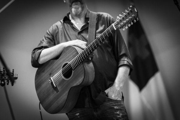 Acoustic Guitarist of Vasen