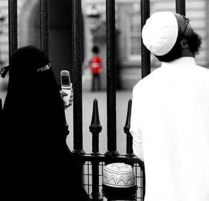 1England_ondon_muslims_phone
