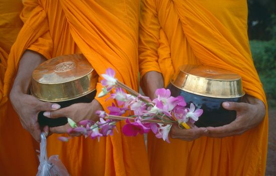 1Thailand_monks_with_begging_bowls